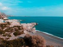 Съемка трутня в Греции со славным пляжем и голубым морем стоковые фотографии rf
