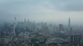 Съемка трутня горизонта города Куалаа-Лумпур во время разъединяет помох сток-видео