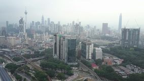 Съемка трутня горизонта города Куалаа-Лумпур во время разъединяет помох акции видеоматериалы