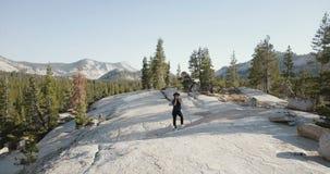 Съемка трутня молодой женщины принимая фото с профессиональной камерой на изумляя пейзаж горы в национальном парке Yosemite видеоматериал
