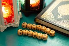 Съемка установки студии освещенного фонарика - показывать kareem ramadan значит благословленное торжество гостеприимсва Рамазан с стоковые фотографии rf