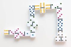 Съемка эффекта домино Посмотрите вниз для игры домино Домино понижаясь в ряд в фронт Части игры домино изолированные дальше Стоковое Изображение RF
