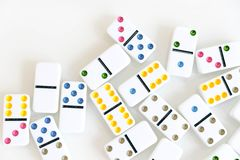 Съемка эффекта домино Посмотрите вниз для игры домино Домино понижаясь в ряд в фронт Части игры домино изолированные на белом Bac Стоковая Фотография RF