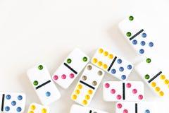 Съемка эффекта домино Посмотрите вниз для игры домино Домино понижаясь в ряд в фронт Части игры домино изолированные на белом Bac Стоковое Изображение RF