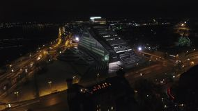 Съемка 4k трутня летания близости здания акции видеоматериалы