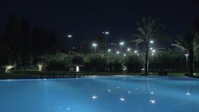 Съемка steadicam загоренного открытого бассейна вечером сток-видео