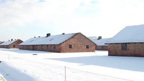 Съемка Steadicam казарм Освенцима Birkenau в зиме Немецкие нацистские концентрация и лагерь смерти зажим 4k акции видеоматериалы