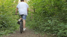 Съемка Steadicam катания велосипеда на горной тропе сток-видео