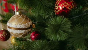 Съемка steadicam крупного плана красивой украшенной рождественской елки на живущей комнате с камином акции видеоматериалы
