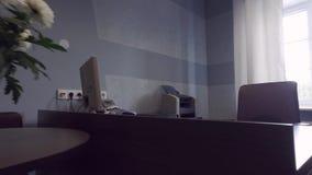 съемка steadicam нутряной самомоднейший офис Секретарша Стол сток-видео