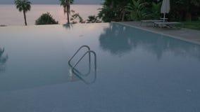 Съемка steadicam пустого открытого бассейна с перилами металла акции видеоматериалы