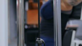 3 съемки Атлетическая молодая женщина разрабатывая на оборудовании тренировки фитнеса видеоматериал