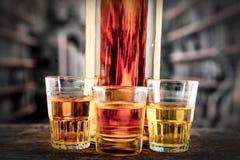 Съемки бутылки и стекла с желтым liqour Стоковые Изображения RF