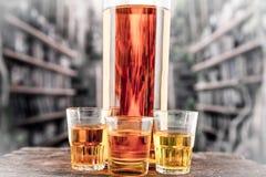 Съемки бутылки и стекла с желтым liqour Стоковое Фото