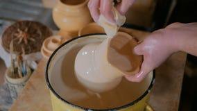 2 съемки Гончар подготавливая керамические изделия для гореть видеоматериал