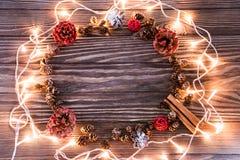Съемки предпосылки рождества, гирлянда листьев стоковые фотографии rf
