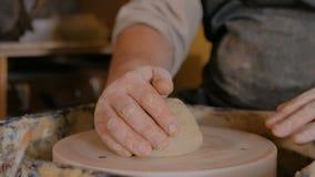 3 съемки Профессиональный мужской гончар подготавливая глину для работы акции видеоматериалы