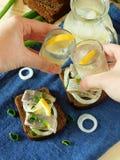 2 съемки спирта людей выпивая cheers Стоковое фото RF