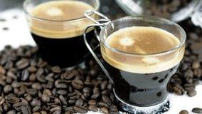 2 съемки эспрессо сидя в кровати кофейных зерен стоковые фото