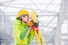 Съемщик работает с теодолитом стоковое фото rf