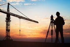 Съемщик стоя с оборудованием на строительной площадке стоковое фото