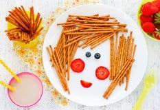 Съестное изображение на плите - смешная сторона девушки ягод и coo стоковые изображения