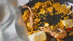 Съесть паэлья в ресторане украшая ее с лимоном сток-видео