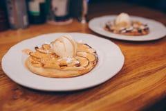 Съешьте блинчик сладкой кухни десерта кислый в меню кафа Продукты печенья закрывают вверх Очень вкусный пункт меню в ресторане На стоковая фотография rf