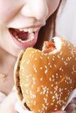 съешьте гамбургер девушки стоковое фото rf