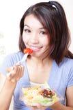 съешьте детенышей женщины счастливого салата ся Стоковые Изображения RF