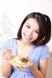 съешьте детенышей салата девушки счастливых домашних Стоковое Фото
