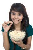 съешьте женщину попкорна стоковая фотография