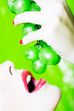 съешьте женщину портрета виноградины Стоковое Изображение