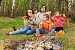 съешьте зажженное семьей shish kebab напольное стоковое изображение
