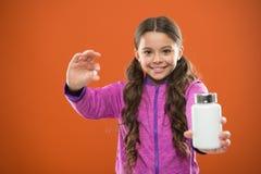 Съешьте здоровое питание Питательное тело помощи диеты здорово Таблетка владением волос девушки длинная и пластиковая бутылка Кон стоковые изображения