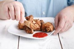 Съешьте нездоровую ногу цыпленка фрая с кетчуп стоковое фото