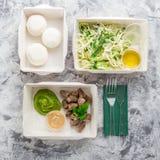 Съешьте правую концепцию, здоровую еду, взятие питания фитнеса прочь в бумажных коробках, взгляд сверху, положении квартиры стоковые фото