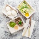 Съешьте правую концепцию, здоровую еду, взятие питания фитнеса прочь в бумажных коробках, взгляд сверху, положении квартиры стоковые фотографии rf