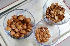 Съешьте стержени абрикоса в плитах, на черной земле, сладостные семена абрикоса стоковые фотографии rf