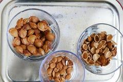 Съешьте стержени абрикоса в плитах, на черной земле, сладостные семена абрикоса стоковые изображения