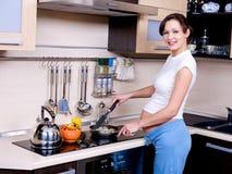 съешьте супоросое подготовляет к женщине Стоковое Изображение RF