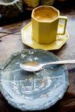 Съешьте торты грязи, съешьте очень вкусное, как сделали пятна остатков на торте p стоковое фото