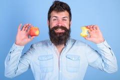 Съешьте яблоко каждый день Идея закуски плодоовощ здоровая всегда хорошая Борода красивого битника человека длинная держит зрелое стоковое фото rf