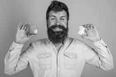 Съешьте яблоко каждый день Идея закуски плодоовощ здоровая всегда хорошая Борода красивого битника человека длинная держит зрелое стоковые изображения rf