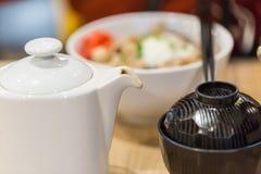 Съешьте японскую еду с горячим чаем для хорошая здоровой стоковые фото