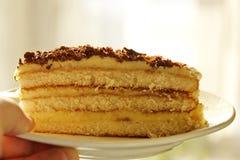 Съешьте one piece? Очень вкусная часть домодельного торта жена подготовленная на праздник стоковые фото