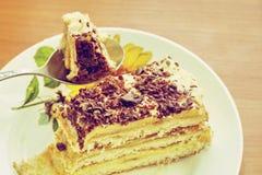 Съешьте one piece? Очень вкусная часть домодельного торта жена подготовленная на праздник стоковое фото rf
