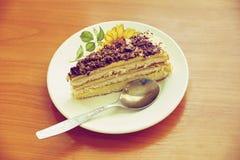 Съешьте one piece? Очень вкусная часть домодельного торта жена подготовленная на праздник стоковая фотография rf