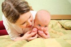 сыгранная мать младенца Стоковые Изображения