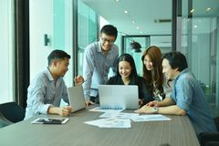Сыгранность азиатских бизнесменов преуспевает проект, команда бирки Стоковая Фотография
